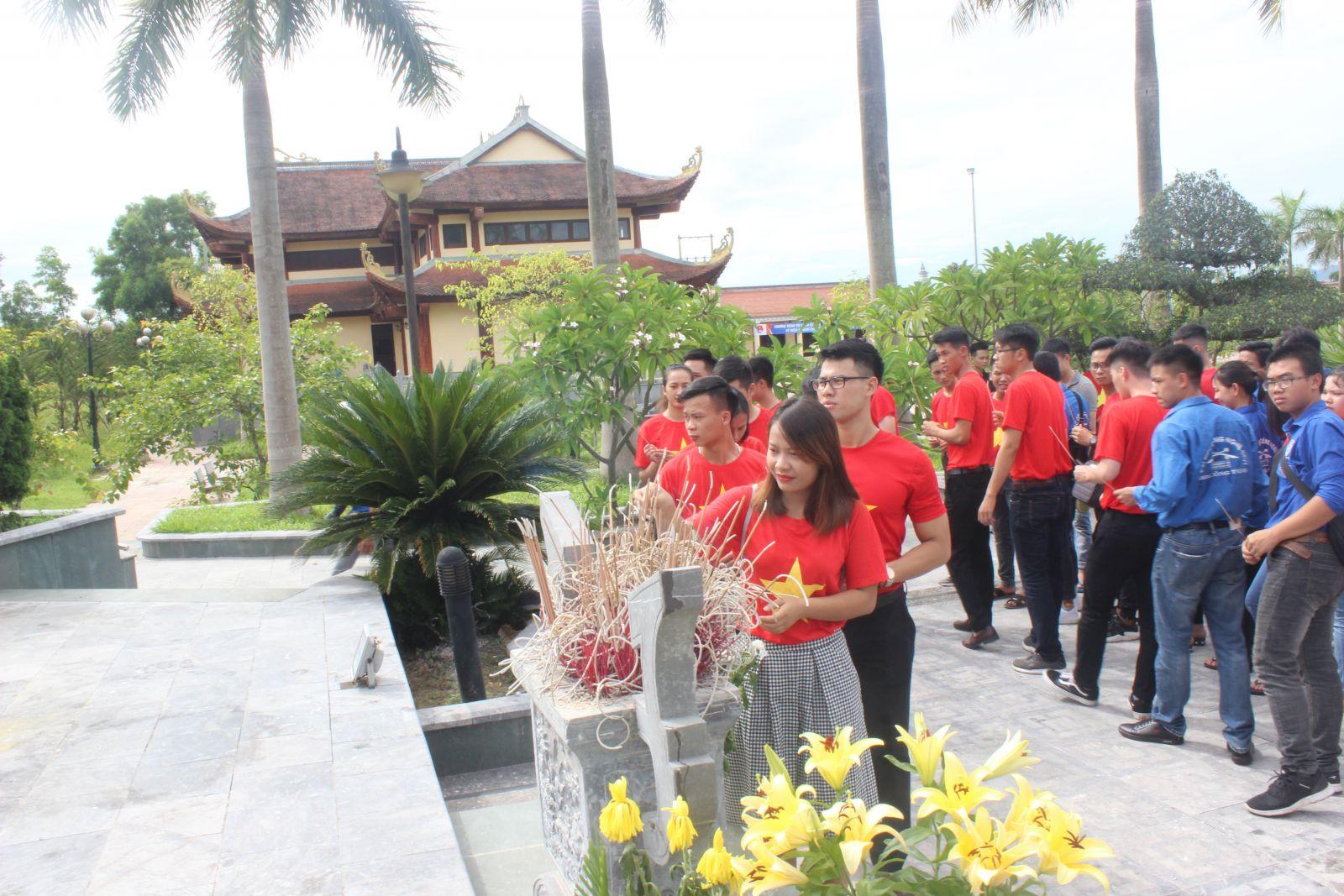 Tổ chức lễ viếng và dâng hương tại phần mộ anh Lý Tự Trọng