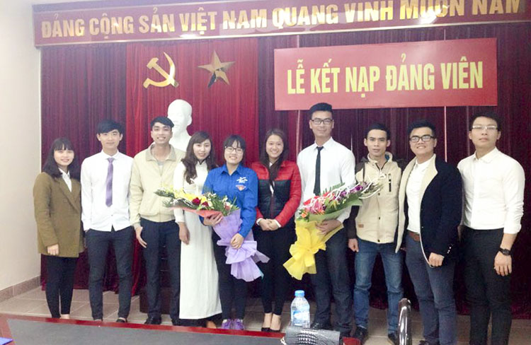 Sinh viên Phạm Huyền Mai được vinh dự đứng trong hàng ngũ của Đảng